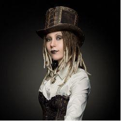 Головной убор шляпа цилиндр в стиле стим панк клепаный, стилизованный под старую бронзу и декорированный натуральной кожей. Производитель: HATMAKER.RU