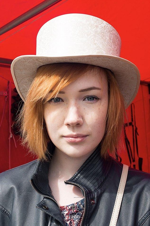 Шляпа цилиндр бежевого цвета. Цилиндр с укороченной по высоте тульей светлого цвета