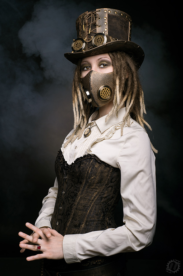 Photo Steampunk girl in the top hat, goggle and mask