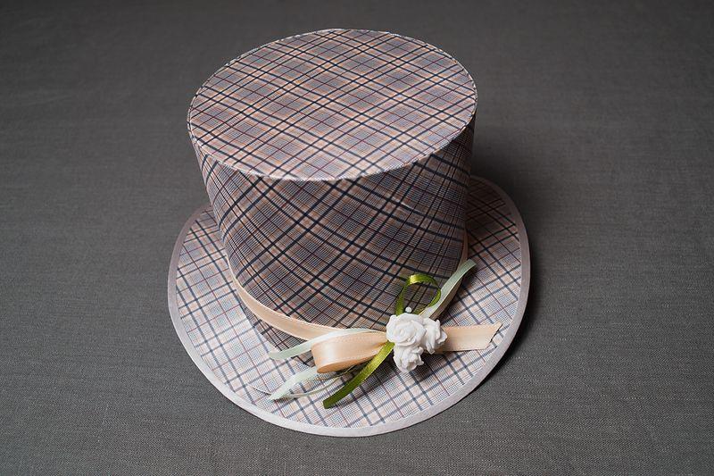 Стильная дамская шляпа цилиндр декорированная цветами и лентами