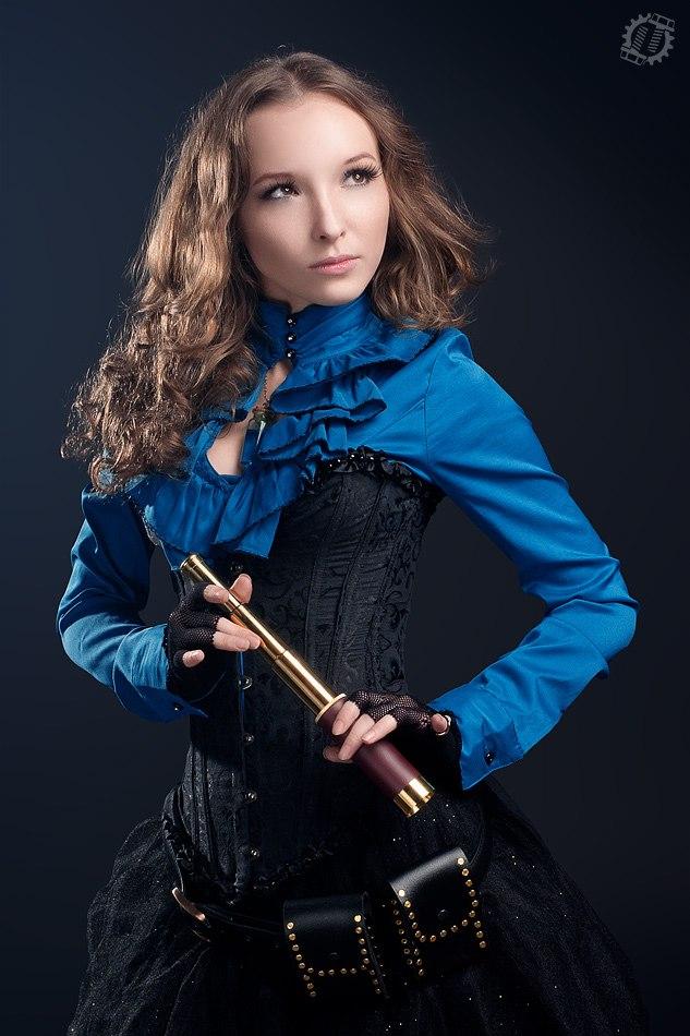 Фото девушки в стилистике стимпанк с подзорной трубой.