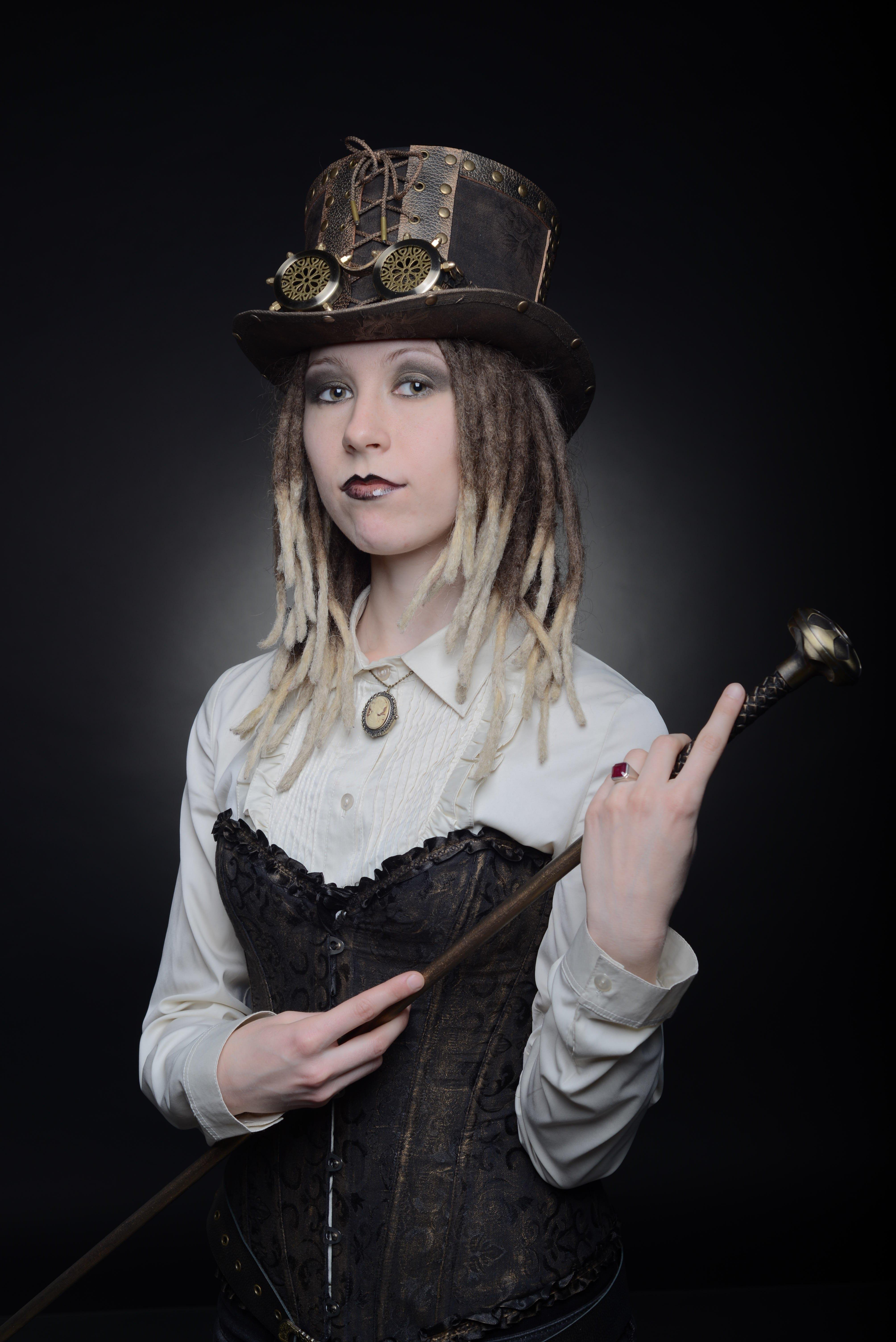 Фото девушки в шляпе с тростью