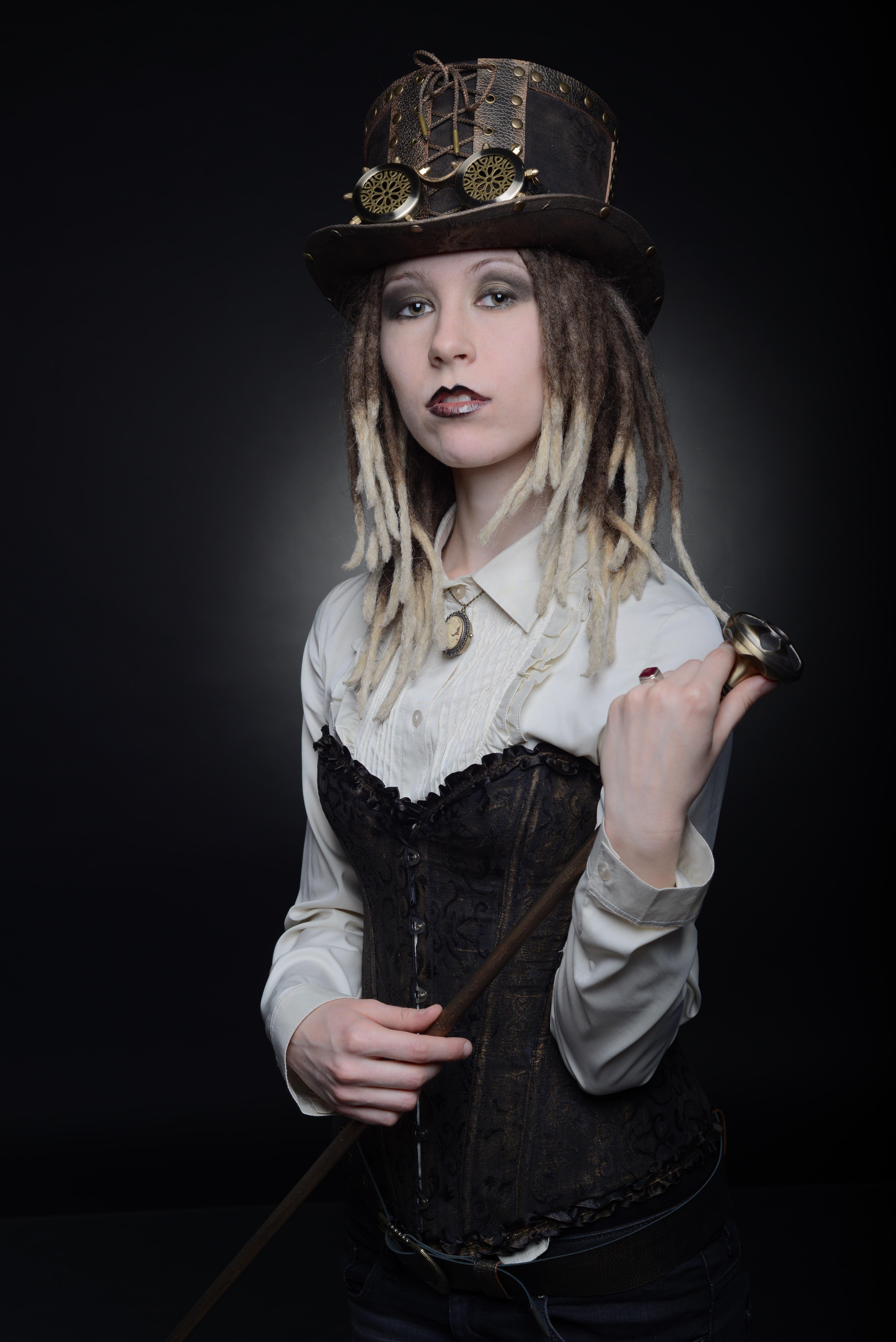 Фото девушки в цилиндре и с прогулочной тростью