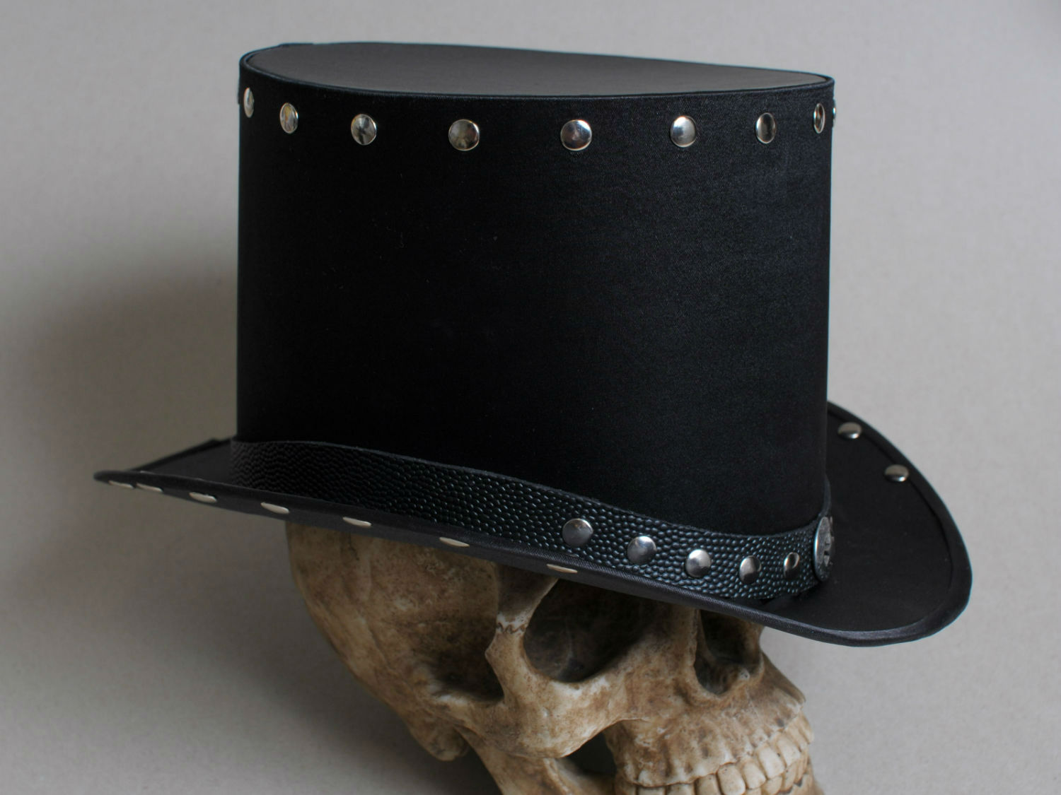 hard rock top hat with silver rivets